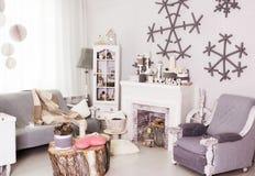 Wygodny pokój dekorujący z zimy wnętrzem Fotografia Stock