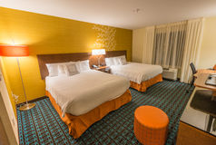 Wygodny pokój hotelowy z dwa królowych łóżkami Zdjęcia Stock