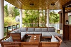 Wygodny taras w dom na wsi lub hotelu zdjęcie stock