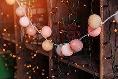 Wygodny zima wystrój z lampionami i girlandami w loft wnętrza sypialni Zdjęcie Royalty Free
