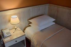 Wygody sypialnia w hotelu Zdjęcia Royalty Free