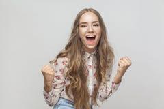Wygrana! Emocjonalny blondynki kobiety krzyk i szczęścia spojrzenie i zdjęcia stock