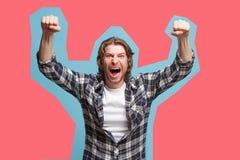Wygranego sukcesu mężczyzna szczęśliwa ekstatyczna odświętność jest zwycięzcą Dynamiczny energiczny wizerunek samiec model Zdjęcie Royalty Free