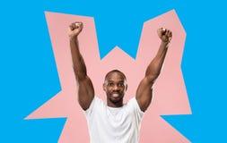 Wygranego sukcesu mężczyzna szczęśliwa ekstatyczna odświętność jest zwycięzcą Dynamiczny energiczny wizerunek samiec model obrazy royalty free