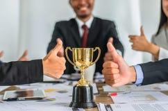 Wygranej biznes drużyny złocisty trofeum, biznes drużynowa szczęśliwa zgoda Fotografia Stock
