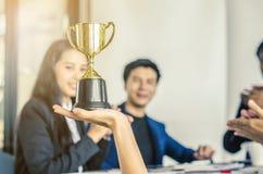 Wygranej biznes drużyny złocisty trofeum, biznes drużynowa szczęśliwa zgoda Fotografia Royalty Free