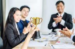 Wygranej biznes drużyny złocisty trofeum, biznes drużynowa szczęśliwa zgoda i pomyślna biznes drużyna nagradzający, Zdjęcia Royalty Free