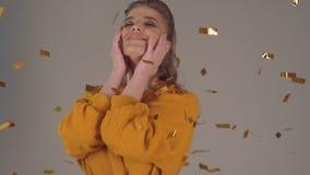 Wygrywać strzał, najwyższa wygrana Młodej kobiety cieszenie z confetti i doskakiwanie zdjęcie wideo