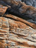 Wygryzione kolorowe nabrzeżne skały zdjęcia stock
