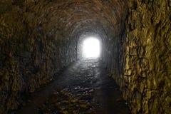 Wyjście antyczny kamienny tunelu światło przy końcówką tunel obraz stock