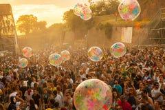 Wyjście festiwal 2015 - Tłoczy się w wschodzie słońca na dj tana scenie fotografia royalty free