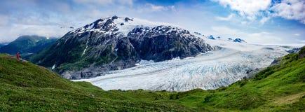 Wyjście lodowiec z wycieczkowiczem obraz stock