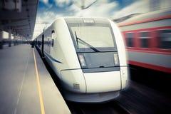 wyjściowy wysoki nowożytny prędkości pociągu czekanie Zdjęcia Royalty Free