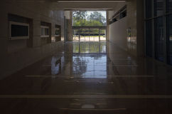 Wyjście od jawnego budynku Zdjęcia Stock