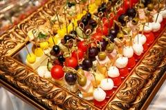 Wyjeżdżające wydarzenie catering - canapes, przekąski na odzwierciedlającej tacy obraz royalty free
