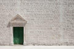 Wykłada marmurem obramiającego drzwi na wapień ścianie kościół Fotografia Royalty Free