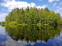 Wykładająca wyspa po środku jeziora zdjęcie royalty free