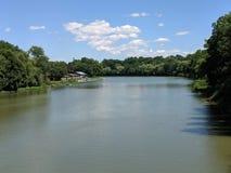 Wykładający Kanałowy widok Od mostu z niebem obrazy royalty free
