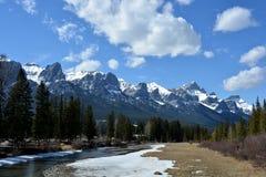 Wykładający strumień z śniegiem i pasmem górskim obrazy royalty free