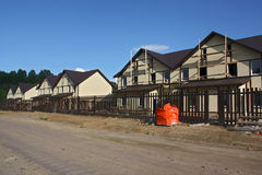 Wykończeniowa praca dom na wsi wzdłuż drogi obraz stock