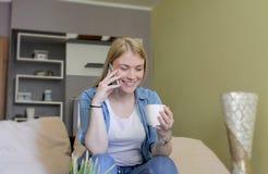 Wykończeniowe rozmowy telefonicze w domu fotografia stock
