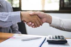 Wykończeniowy up spotkanie, Dwa biznesów współpraca uścisk dłoni Obrazy Stock