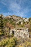Wykolejena kamienny buiding w górach blisko Venaco w Corsica Zdjęcie Royalty Free