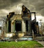 wykolejena zaniechany palący dom fotografia royalty free