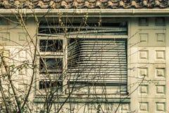 Wykolejeniec, okno z storami Fotografia Stock