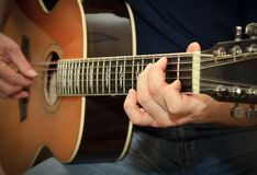 Wykonawca bawić się na gitarze akustycznej Obrazy Royalty Free