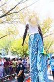 Wykonawca Na Stilts Przy Zachodnią Indiańską dzień paradą Obrazy Stock