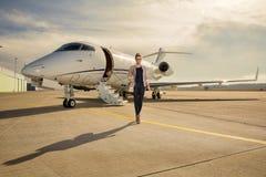 Wykonawcza biznesowa kobieta opuszcza samolot obrazy royalty free
