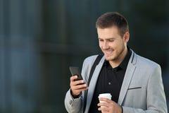 Wykonawcza czytelnicza telefon wiadomość na ulicie Zdjęcia Stock