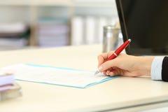 Wykonawcza ręka podpisuje kontrakt lub formę Obrazy Stock
