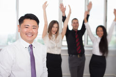 Wykonawczy azjatykci szef z jego pomyślną biznes drużyną przy tłem obraz royalty free