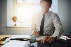 Wykonawczy biznesowy mężczyzna pracuje na kontach obraz royalty free