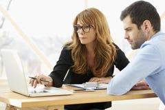 Wykonawczy bizneswoman daje rada młody fachowy mężczyzna obraz stock