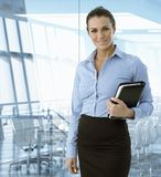 Wykonawczy bizneswoman ono uśmiecha się przy biurem Obrazy Stock