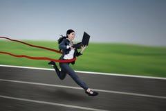 Wykonawczy bizneswomanu mienia i bieg laptop Fotografia Royalty Free