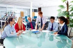 Wykonawczy ludzie biznesu drużynowego spotkania przy biurem Zdjęcie Royalty Free