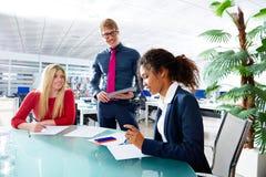 Wykonawczy ludzie biznesu drużynowego spotkania przy biurem Zdjęcia Royalty Free