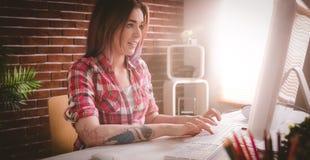 Wykonawczy używa komputer stacjonarny w biurze zdjęcie stock