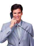 Wykonawczy w telefonie uśmiechnięta męska wykonawcza gmatwanina depeszuje Obraz Royalty Free