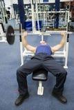 wykonuje fitness siłowni fizycznej Zdjęcia Royalty Free