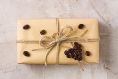 Wykonuje ręcznie prezenta pudełko z dratwy i kawy kształta kierową dekoracją Fotografia Stock