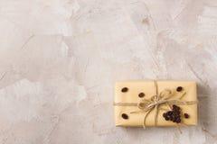 Wykonuje ręcznie prezenta pudełko z dratwy i kawy kształta kierową dekoracją Obrazy Stock