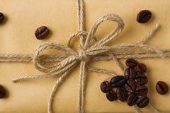 Wykonuje ręcznie prezenta pudełko z dratwy i kawy kształta kierową dekoracją Obraz Royalty Free