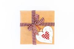 Wykonuje ręcznie prezenta pudełko z faborkiem, łękiem i sercem odizolowywającymi, Obrazy Royalty Free