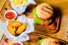 Wykonuje ręcznie wołowina francuza i hamburgeru dłoniaki na drewnianym stole Zdjęcia Stock
