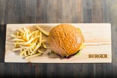 Wykonywać ręcznie hamburger fotografia royalty free